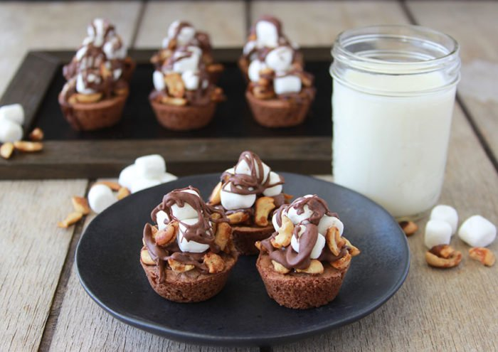 Rocky Road Brownie Bites are a homemade brownie with cashews, marshmallows, and drizzled in chocolate! YUM! www.cookingwithruthie.com