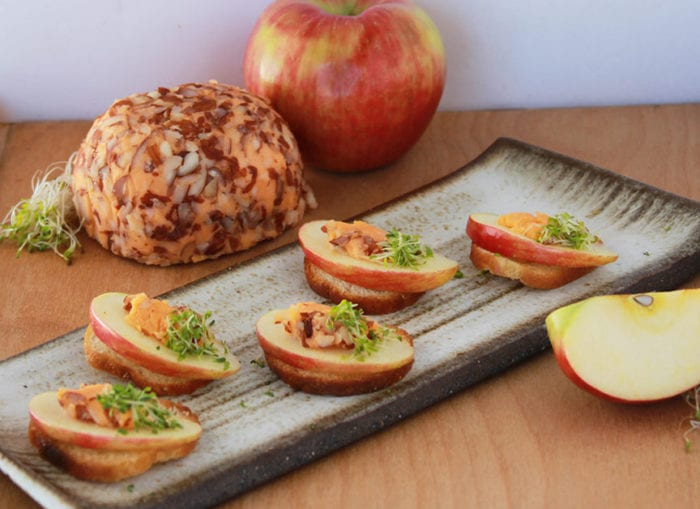 Apple Sharp Cheddar Crostini is a crowd loving appetizer perfect for any Holiday event! #Kaukauna100 #ad